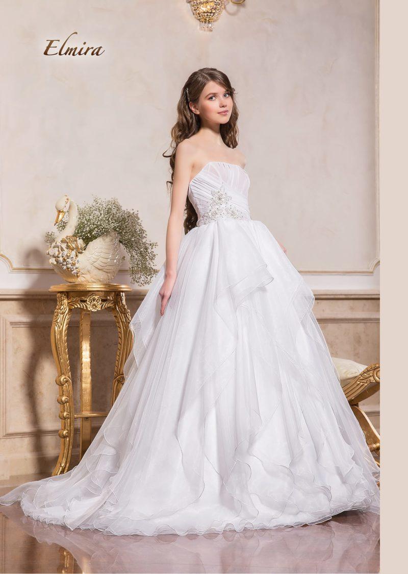 Пышное свадебное платье с лифом прямого кроя и бисерной отделкой.