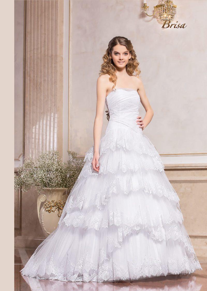 Свадебное платье с лифом в форме сердца и многоярусной юбкой.