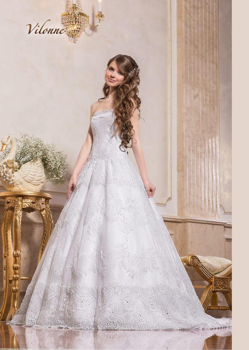 Фактурное свадебное платье «принцесса» с лаконичным открытым декольте.