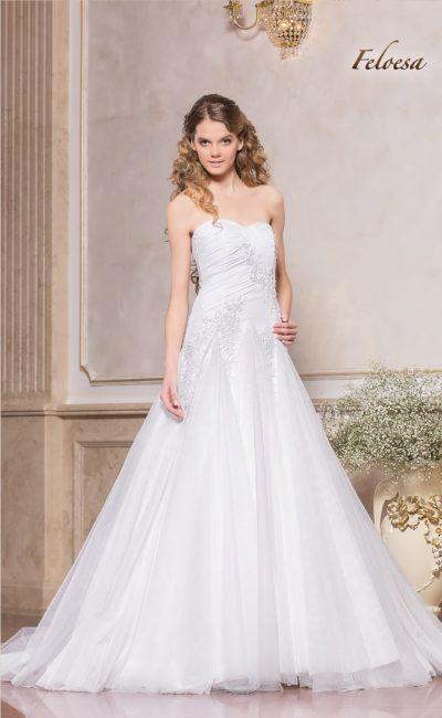 Открытое свадебное платье «принцесса»  с фактурной кружевной отделкой.