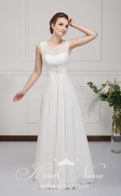 Лаконичное свадебное платье прямого кроя с фактурной вставкой над лифом и небольшим вырезом сзади.