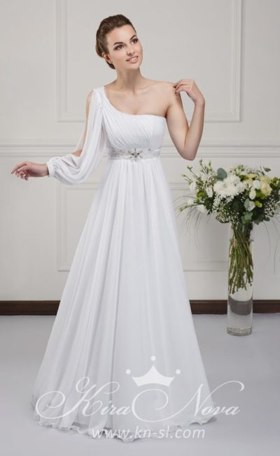 Ампирное свадебное платье с асимметричным лифом и вышивкой по талии.
