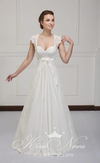 Роскошное свадебное платье «принцесса» с открытой спинкой и широкими кружевными бретелями.