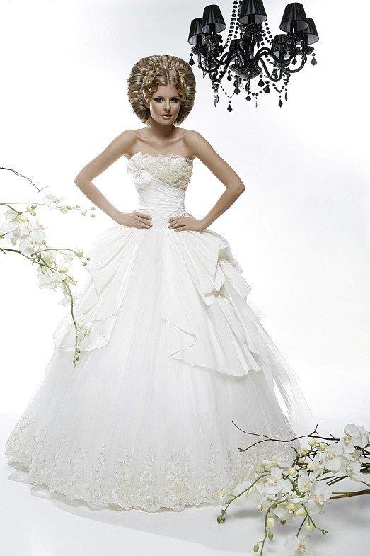 Впечатляющее свадебное платье пышного кроя с оригинальным декором корсета.