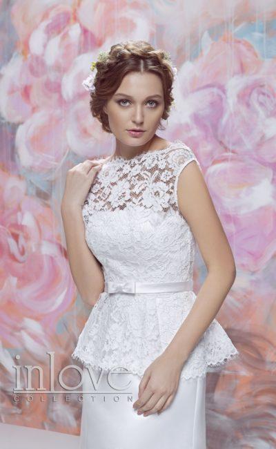 Прямое свадебное платье с романтичной кружевной баской и узким поясом на талии.
