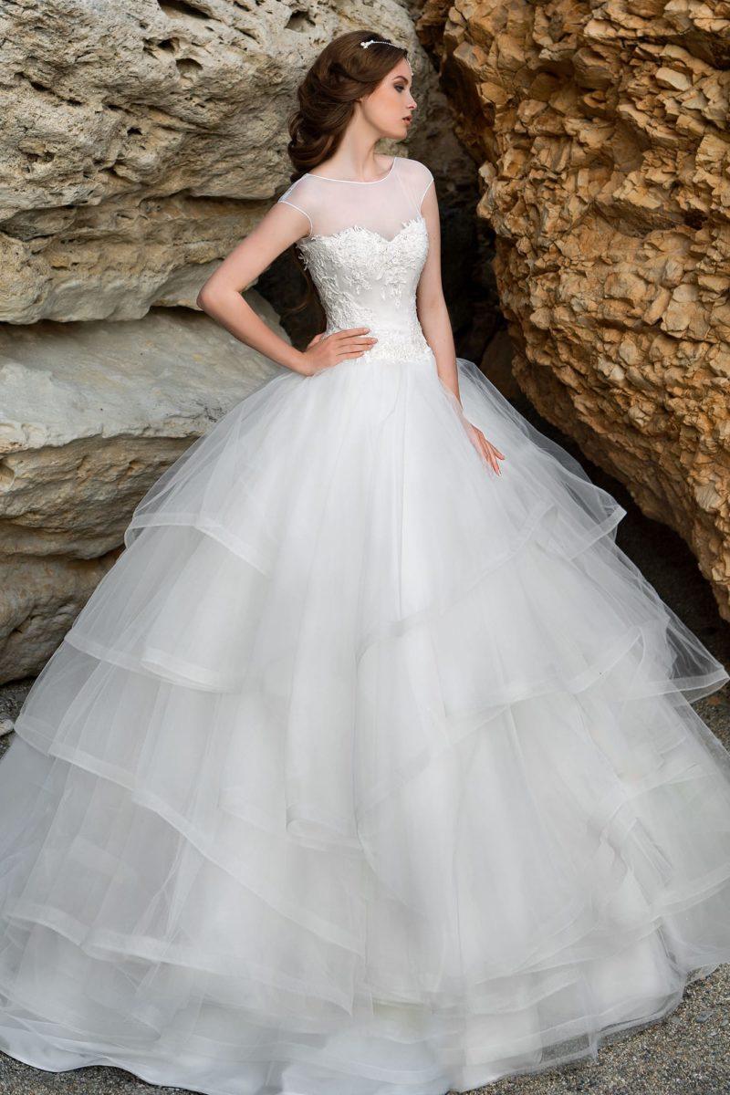 Чарующее свадебное платье с закрытым лифом и многослойной полупрозрачной юбкой.
