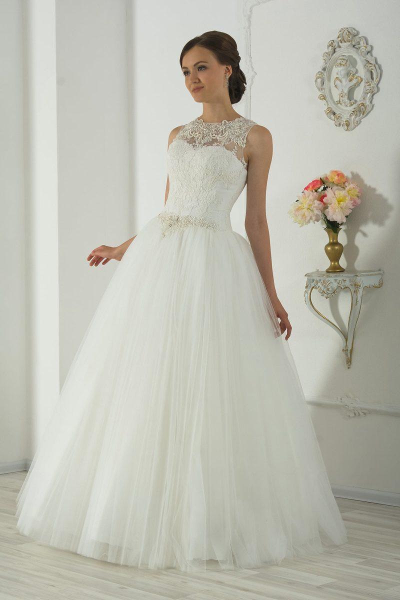 Пышное свадебное платье с бисерным поясом на талии и нежным кружевным верхом.