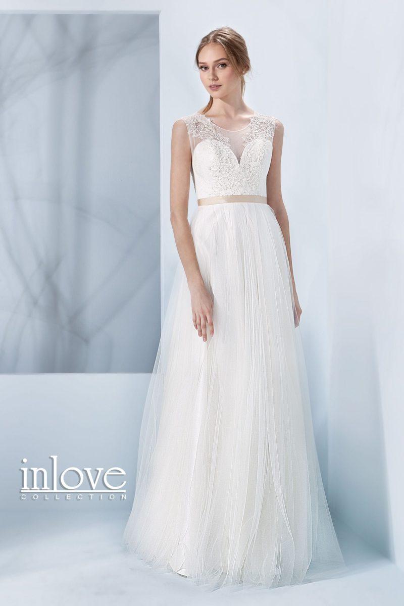 Прямое свадебное платье с полупрозрачной вставкой над лифом и узким атласным поясом.