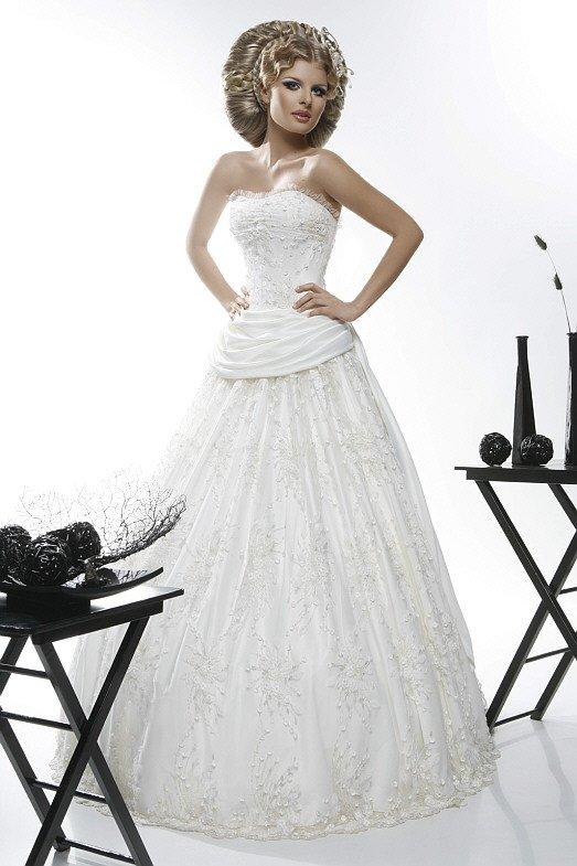 Оригинальное свадебное платье с кружевом и оборками по открытому корсету.