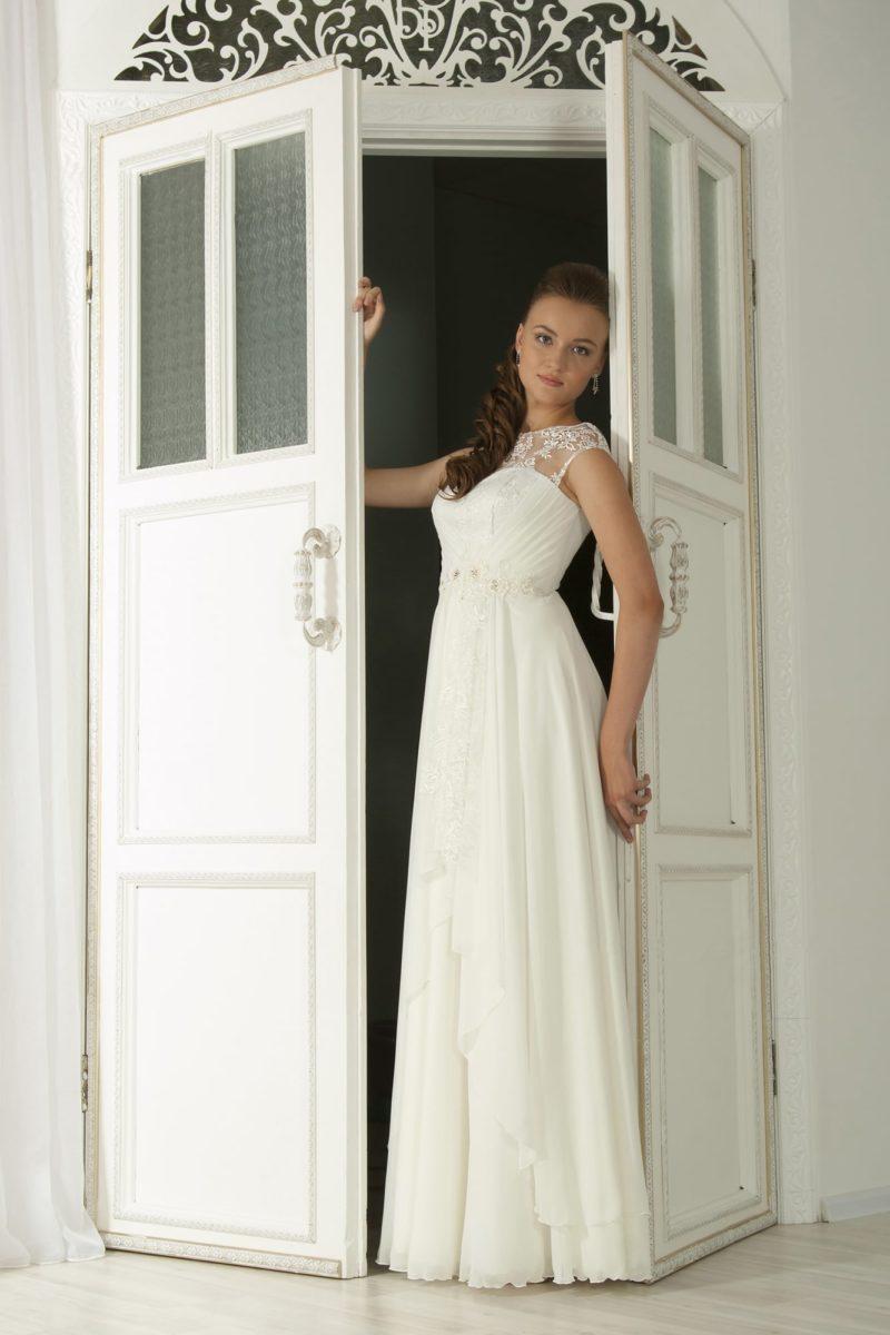 Элегантное свадебное платье в греческом стиле со слегка завышенной талией и кружевным закрытым верхом.