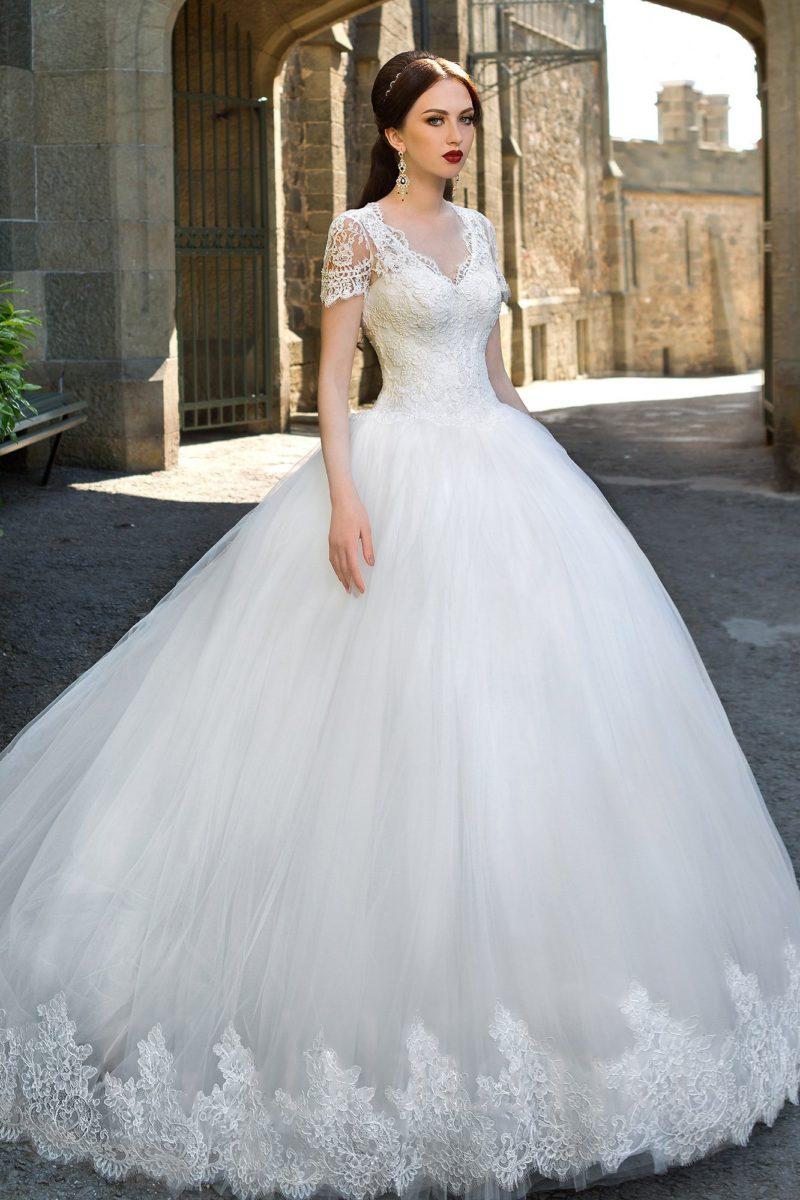 Чарующее свадебное платье с многослойным подолом и кружевным облегающим верхом.