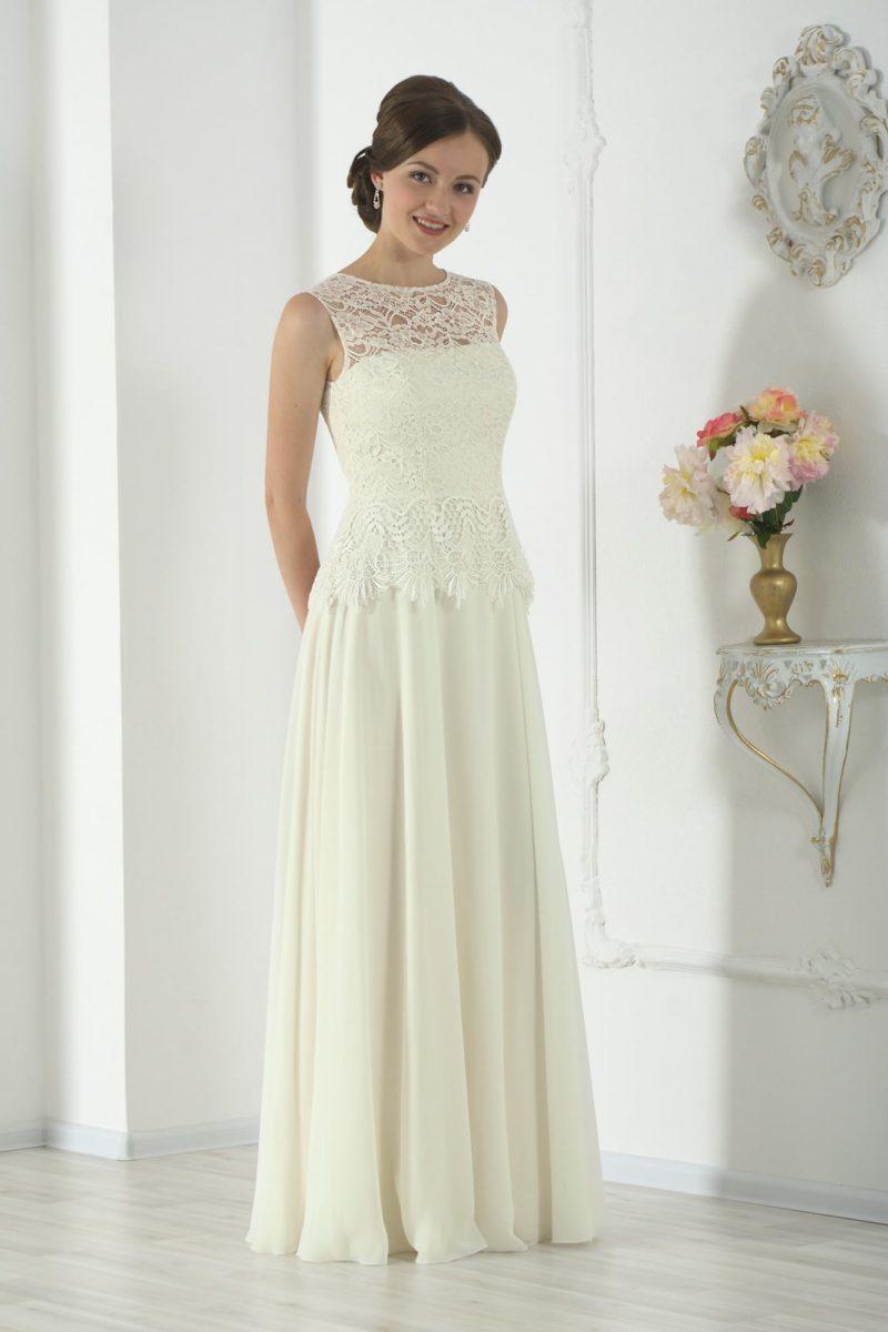 Прямое свадебное платье цвета слоновой кости с кружевной отделкой закрытого верха.