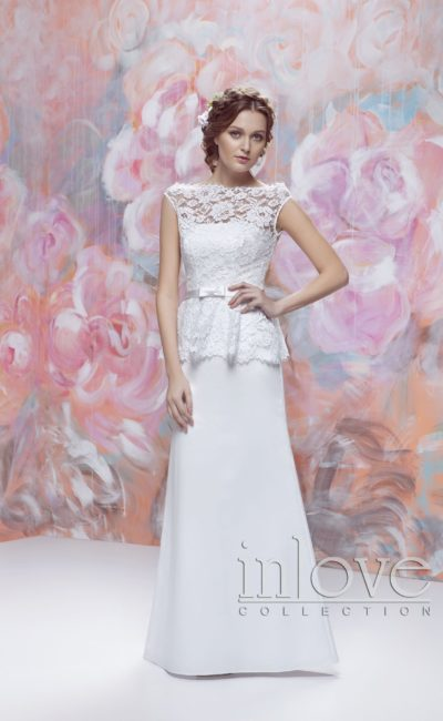 Прямое свадебное платье с кружевным верхом с вырезом бато и короткой баской.