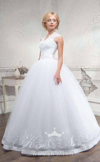Пышное свадебное платье с V-образным вырезом и отделкой бисером.