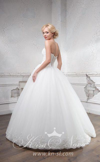 Пышное свадебное платье с открытым кружевным лифом и аппликациями по низу подола.