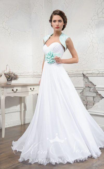 Романтичное свадебное платье А-силуэта с цветным поясом и коротким болеро.