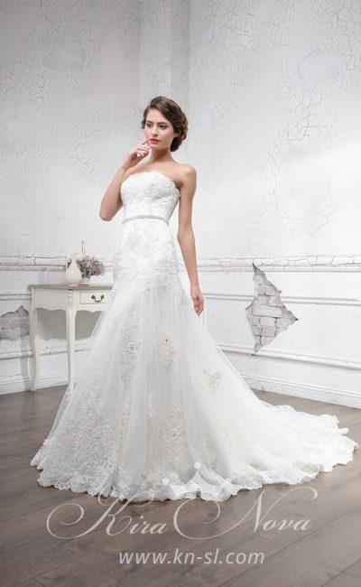 Элегантное свадебное платье с кружевной отделкой многослойной юбки со шлейфом.