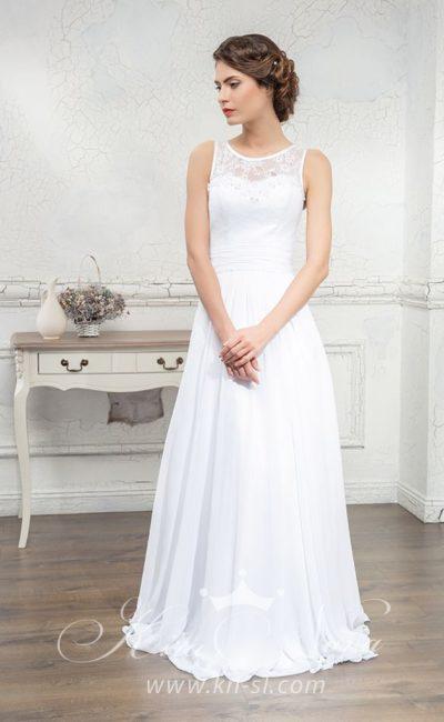 Прямое свадебное платье с кружевной вставкой над лифом и необычным декольте сзади.