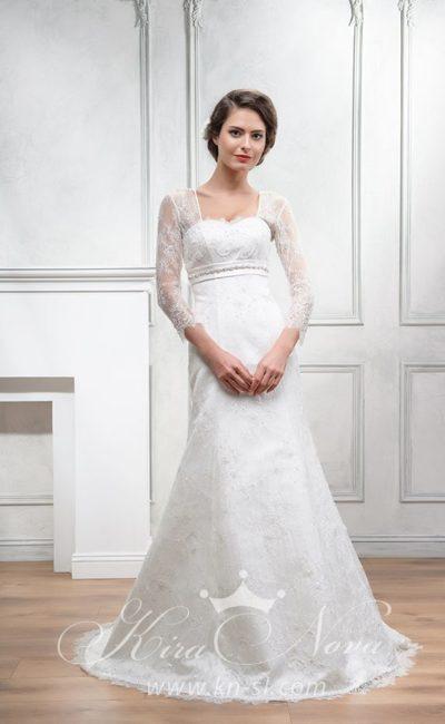 Элегантное свадебное платье «принцесса» с атласным поясом и тонким кружевным рукавом.