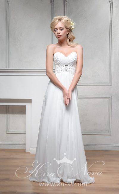 Прямое свадебное платье с деликатной юбкой, лифом в форме сердца и широким вышитым поясом.