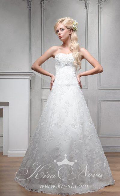 Открытое свадебное платье «принцесса» с кружевным декором над атласной подкладкой.