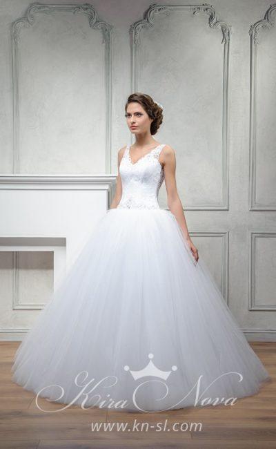 Торжественное свадебное платье пышного кроя с открытой спиной и V-образным вырезом.