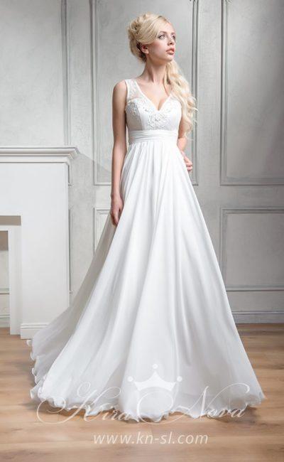 Элегантное свадебное платье прямого кроя с завышенной талией и V-образным вырезом.