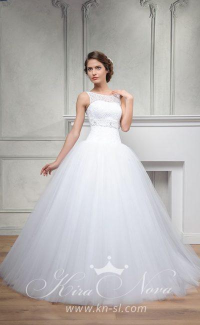 Закрытое свадебное платье пышного кроя с вырезом «замочная скважина» сзади.