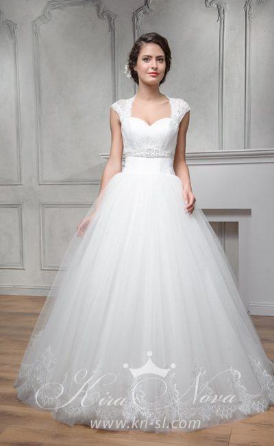 Пышное свадебное платье с широкими кружевными бретелями и бисерным поясом.