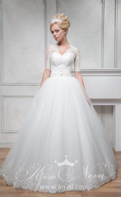 Нежное свадебное платье с пышной юбкой и коротким кружевным рукавом.