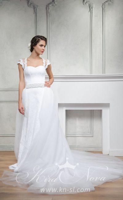 Изысканное свадебное платье с открытой спинкой и пышной юбкой со шлейфом.