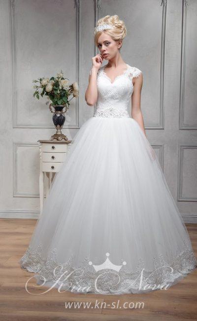 Пышное свадебное платье с вышивкой по поясу и широкими кружевными бретелями.