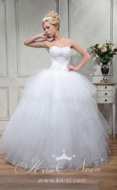 Роскошное свадебное платье с многослойной пышной юбкой и открытым корсетом.