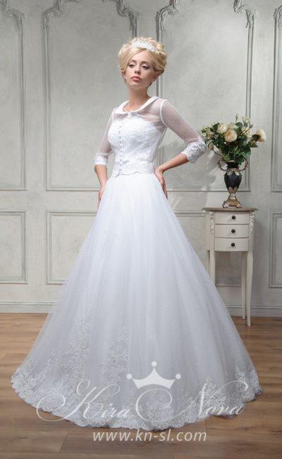 Свадебное платье «принцесса» с округлым воротником и тонкими рукавами в три четверти.
