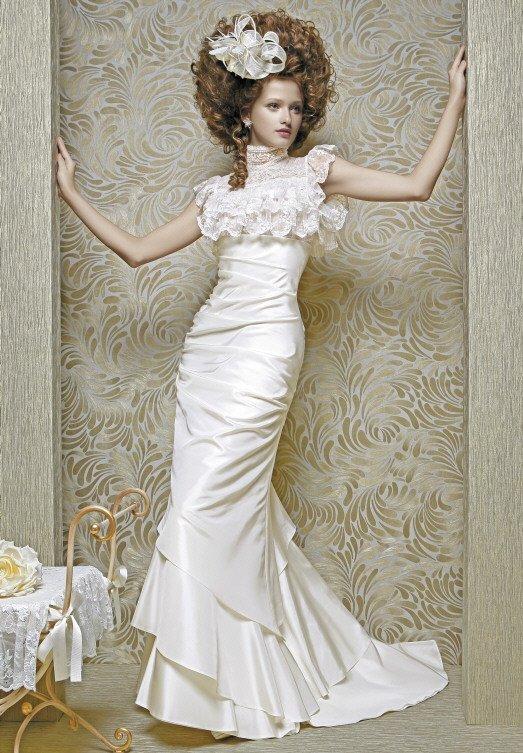 Сияющее свадебное платье «рыбка» с драпировками и кружевными оборками.