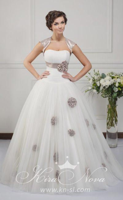 Пышное свадебное платье с атласным болеро и цветными бутонами по многослойной юбке.