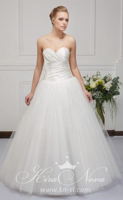 Величественное свадебное платье с многослойной юбкой и открытым атласным корсетом.