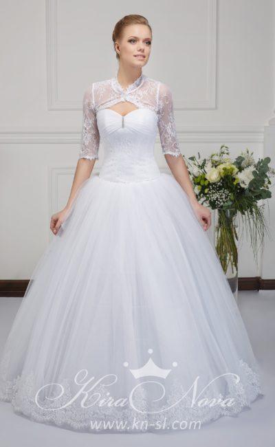 Пышное свадебное платье с кружевными рукавами до локтя и оригинальным лифом.