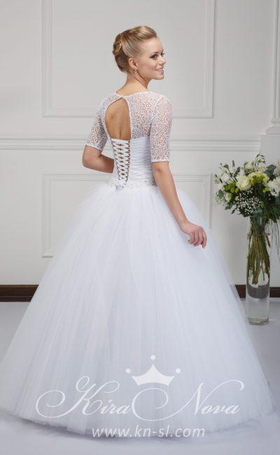 Пышное свадебное платье с открытой спинкой и кружевными рукавами длиной до локтя.