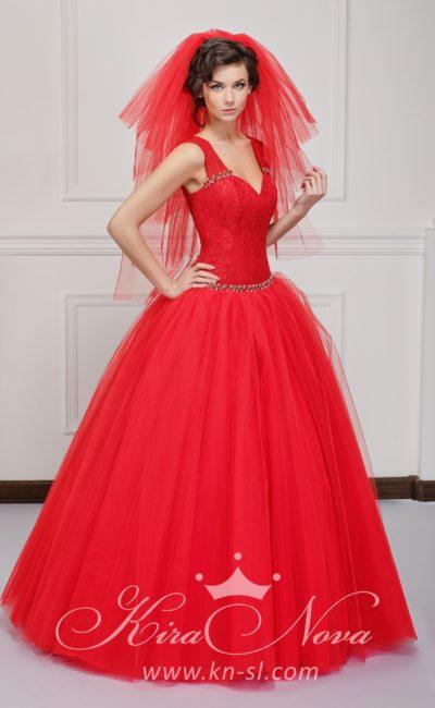 Экстравагантное свадебное платье красного цвета с пышной юбкой и V-образным вырезом.