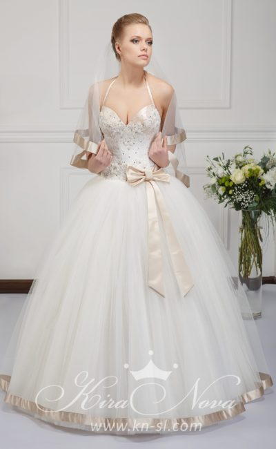 Пышное свадебное платье с бретельками-спагетти и атласным бантом сбоку на талии.