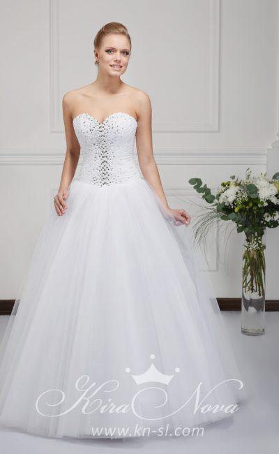 Пышное свадебное платье с лифом в форме сердечка и бисерной отделкой корсета.