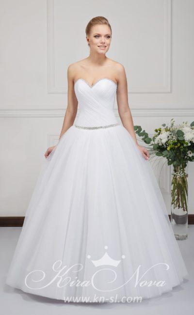 Элегантное свадебное платье пышного кроя с заниженной талией и открытым лифом.