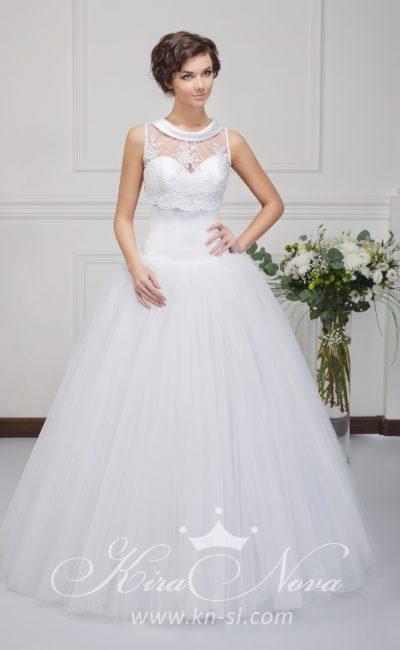 Пышное свадебное платье с округлым воротником из атласа и кружевным декором.