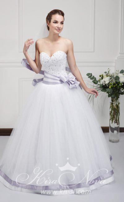 Открытое свадебное платье пышного силуэта с бисерной отделкой корсета и атласным поясом.