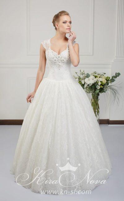 Кружевное свадебное платье пышного кроя с широкими бретелями и вышивкой на лифе.
