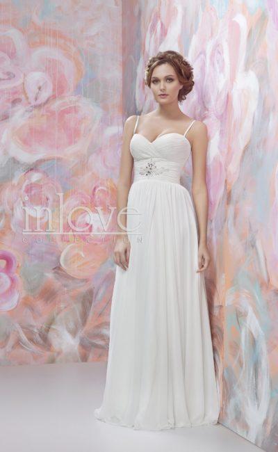 Романтичное свадебное платье прямого кроя с широкой полосой драпировок на талии.