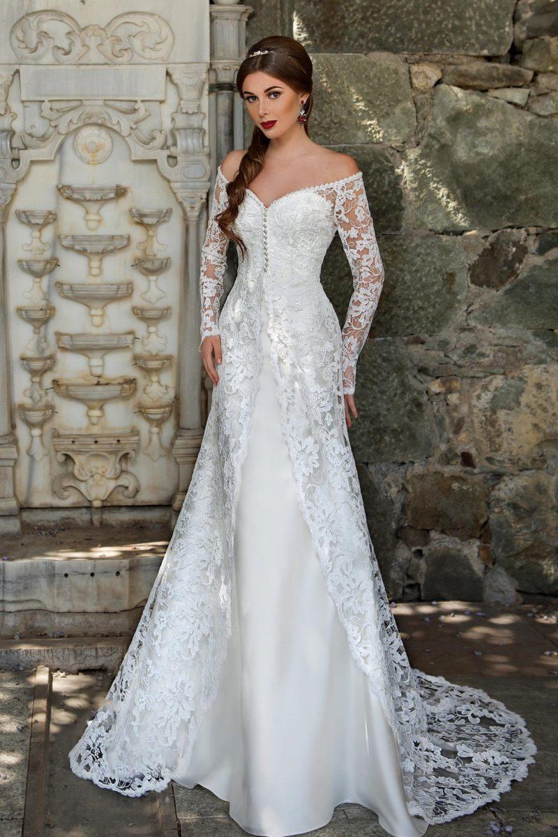 Свадебное платье с длинными кружевными рукавами и притягательным портретным декольте.
