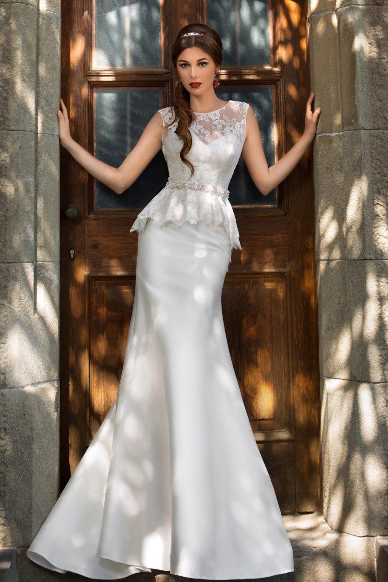 Закрытое свадебное платье с округлым вырезом под горло и объемной кружевной баской на талии.