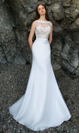 Облегающее свадебное платье с бежевым корсетом, покрытым белым кружевным декором.